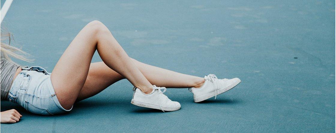 Lividi sulle gambe improvvisi: cause e rimedi utili